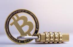 Bitcoin gouden muntstuk met hangslot die op witte achtergrond liggen Bitcoinveiligheid stock foto