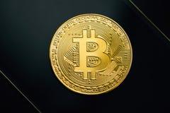 Bitcoin gouden muntstuk op zwarte achtergrond Virtueel cryptocurrencyconcept Stock Afbeelding