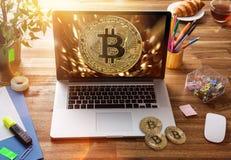 Bitcoin gouden muntstukken met laptop Virtueel cryptocurrencyconcept royalty-vrije stock fotografie