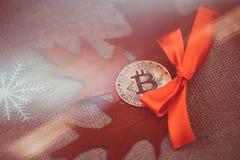 Bitcoin guld- crypto valuta Guld- bitcoiny mot bakgrunden av höstsidor och snöflingor, kall höst Varm mörkerbaksida Royaltyfri Fotografi