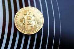 Bitcoin guld- mynt p? en svart bakgrund arkivfoto