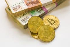 Bitcoin guld och den ryska rublet Bitcoin mynt på bakgrunden av ryska rubel Royaltyfria Foton
