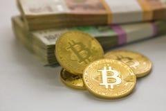 Bitcoin guld och den ryska rublet Bitcoin mynt på bakgrunden av ryska rubel Arkivbild