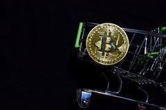 Bitcoin guld och shoppingvagn på svart bakgrund Bitcoin utanför en shoppa vagn äganderätt för home tangent för affärsidé som guld royaltyfria foton