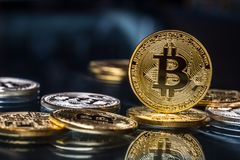 Bitcoin Guld- och silverbitcoins - faktisk cryptocurrency Arkivfoto