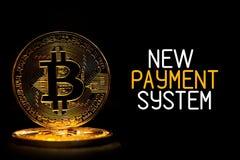 Bitcoin ha isolato sul nero con il NUOVO SISTEMA di PAGAMENTO del testo Fotografia Stock