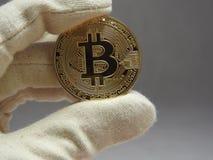 Bitcoin ha trattato con i guanti fotografie stock libere da diritti