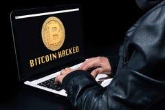 Bitcoin hackade med en bärbar dator royaltyfri fotografi