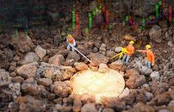 Bitcoin-Handels-Marktdaten entwerfen Devisen grafisch darstellen Brett mit den Figürchen, die Bergbaugoldenes Bitcoin bearbeiten lizenzfreies stockfoto