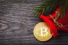 Bitcoin i en röd påse som gåvan för nya år arkivbild
