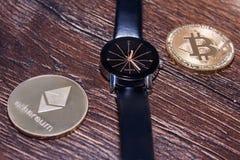 Bitcoin i Ethereum na ciemnej drewnianej powierzchni Obraz Stock