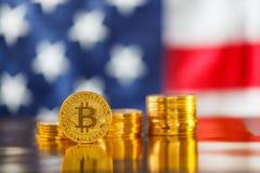 BItcoin i framdel av USA flaggan arkivbilder