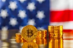 BItcoin i framdel av USA flaggan royaltyfri fotografi