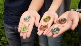Bitcoin i händerna fotografering för bildbyråer