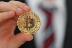 Bitcoin i handen fotografering för bildbyråer