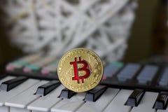 Bitcoin i muzyczna klawiatura obraz royalty free