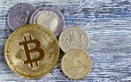 Bitcoin i obcych walut monety na drewnianym stołowym tle Fotografia Royalty Free