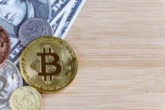 Bitcoin i obcych walut monety na drewnianym stołowym tle Obrazy Stock