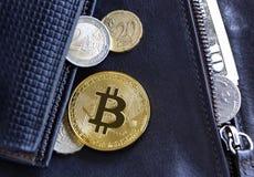 Bitcoin i obcych walut monety na rzemiennym portfla backgroun Zdjęcie Stock