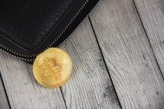Bitcoin i plånboken äganderätt för home tangent för affärsidé som guld- ner skyen till Bitcoin nedgångar ut ur Royaltyfri Foto