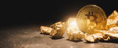 Bitcoin i rozsypisko Złociste bryłki - cryptocurrency pojęcia imago obraz stock