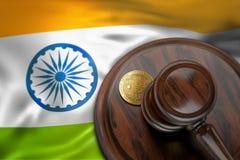 Bitcoin i sędziego młoteczek kłaść na flaga India Zdjęcie Royalty Free