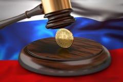 Bitcoin i sędziego młoteczek kłaść na flaga Rosja Zdjęcia Royalty Free