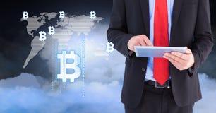 Bitcoin-Ikonen auf Weltkarte mit dem Mann, der Tablette verwendet Stockbilder