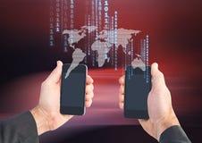 Bitcoin-Ikonen auf Weltkarte und Hände, die zwei Telefone halten Lizenzfreie Stockfotografie