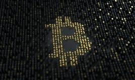 Bitcoin Il calcolo di sminuzza o estrazione mineraria Il segno di valuta builded dalle cifre sul chip fotografie stock