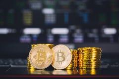 Bitcoin invente la pile et deux pièces de monnaie de bit se reposant dans l'avant avec des actions image libre de droits