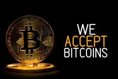 Bitcoin isolerade på svart med text som VI ACCEPTERAR BITCOINS royaltyfri foto