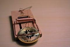 Bitcoin ist in einer Mausefalle stockfotografie