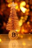Bitcoin jedlinowego drzewa bokeh menniczy złocisty studio zdjęcia stock