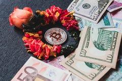 Bitcoin jest drogi niż tradycyjny pieniądze, pojęcie fotografia stock
