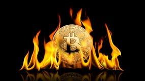 Bitcoin - kawałka BTC cryptocurrency pieniądze menniczy palenie w płomieniach dalej obraz stock