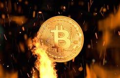 Bitcoin - kawałka BTC waluty pieniądze menniczy crypto palenie fotografia stock