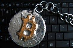 Bitcoin kedja Det verkliga myntet av crypto valuta som sammanfogas av metallkedjan, är på ett datortangentbord Arkivbild