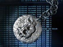 Bitcoin-Kette Die wirkliche Münze der Schlüsselwährung verbunden durch Metallkette ist- auf einem BergbauBildschirm Lizenzfreies Stockfoto