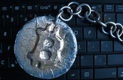 Bitcoin-Kette Die wirkliche Münze der Schlüsselwährung verbunden durch Metallkette ist- auf einer Computertastatur Stockfotografie