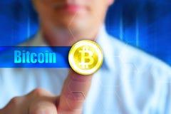Bitcoin-Konzepttapete Symbol Cryptocurrency Bitcoin an der Goldmünze, Wort Bitcoin Lizenzfreie Stockfotos