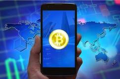 Bitcoin-Konzepttapete Symbol Cryptocurrency Bitcoin am Smartphoneschirm, Telefon in der Hand Stockbild