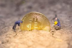 Bitcoin kopalnictwo Wirtualnego cryptocurrency g?rniczy poj?cie pranie brudnych pieni?dzy bitcoin zdjęcie royalty free