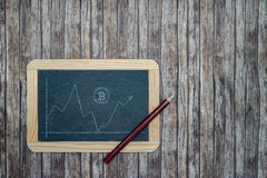 Bitcoin-Kurs auf Tafel lizenzfreies stockfoto