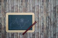 Bitcoin kurs på den svart tavlan Royaltyfri Foto