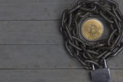 Bitcoin legte in die Mitte der Kette mit Verschluss Lizenzfreie Stockfotos