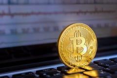 Bitcoin liegt auf der Laptoptastatur Lizenzfreies Stockbild