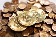 Bitcoin ligt op een stapel van andere muntstukken, overheerst cryptocurrency stock afbeeldingen