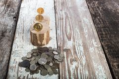 Bitcoin, litecoin ethereum και παλαιά νομίσματα, χρυσά νομίσματα Έννοια Cryptocurrency: αυξηθείτε ή πέστε Εκλεκτής ποιότητας ξύλι Στοκ Εικόνες