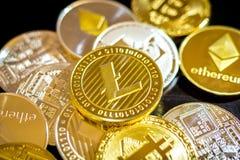 Bitcoin, litecoin, etherium Münzen schließen oben Stockbild